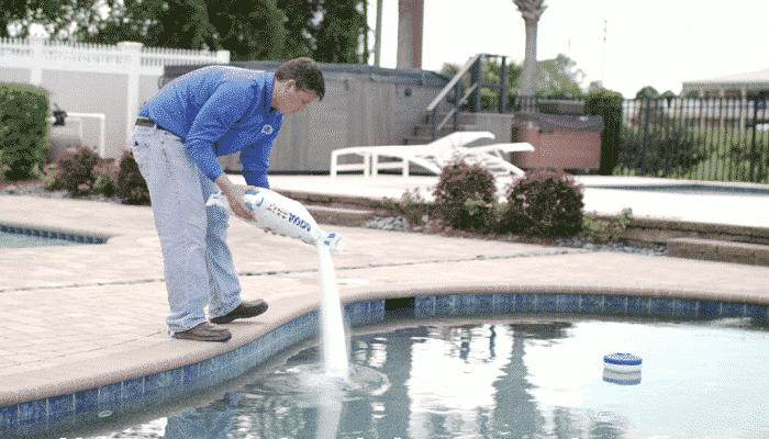 Cómo agegar sal a la piscina