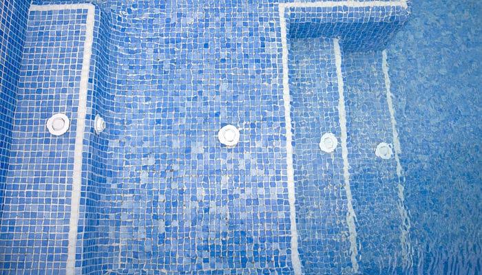 Qué color de gresite poner en la piscina
