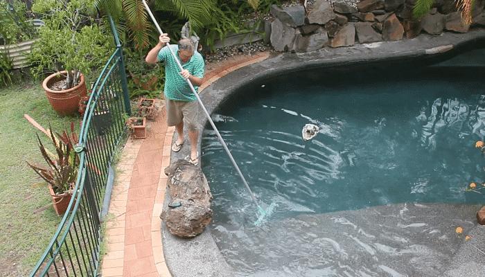 ¿Cómo quitar el verdín de las paredes de la piscina?