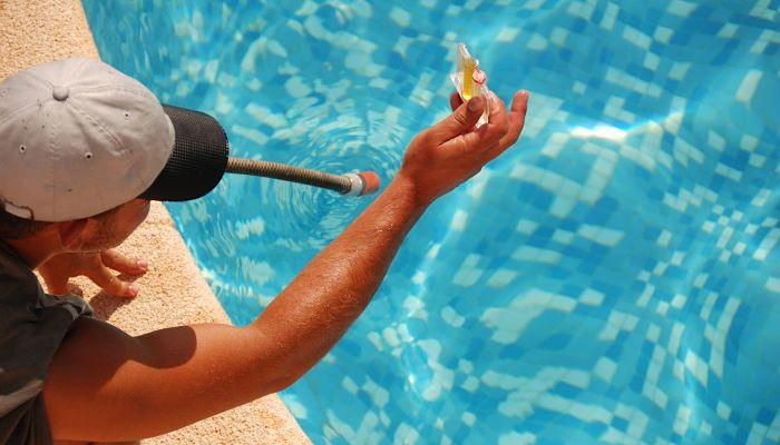 Cómo bajar el pH de la piscina de forma natural