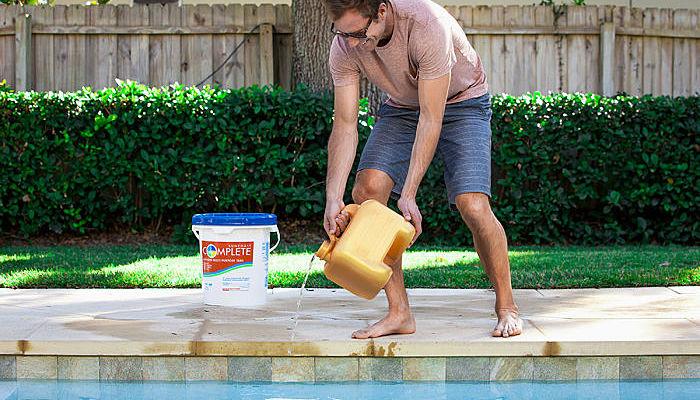 Aplicación del cloro granulado a la piscina
