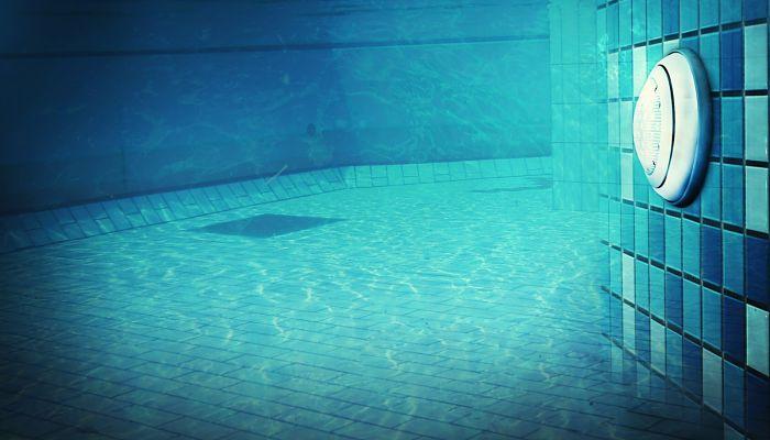 Cómo iluminar una piscina ya construida