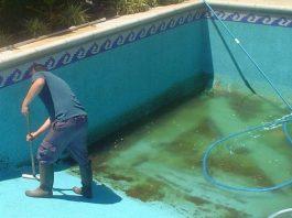 Mantenimiento de piscina por presencia de algas
