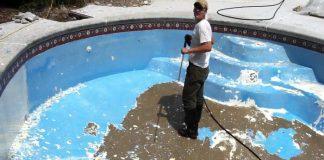 Cómo quitar la pintura de una piscina
