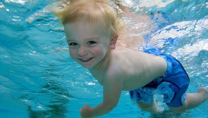 Cómo bajar el cloro de la piscina