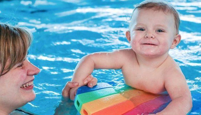 Cuándo se debe bañar un bebé en una piscina - Bekia Padres
